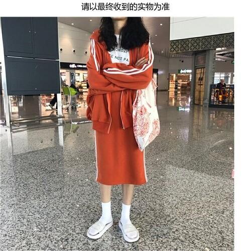 Áo khoác nỉ +áo thun+ chân váy ngắn
