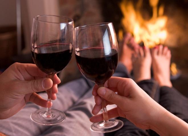 Cách cầm ly khi uống rượu vang